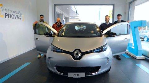 Gruppo consulenti alle vendite con Renault ZOE.